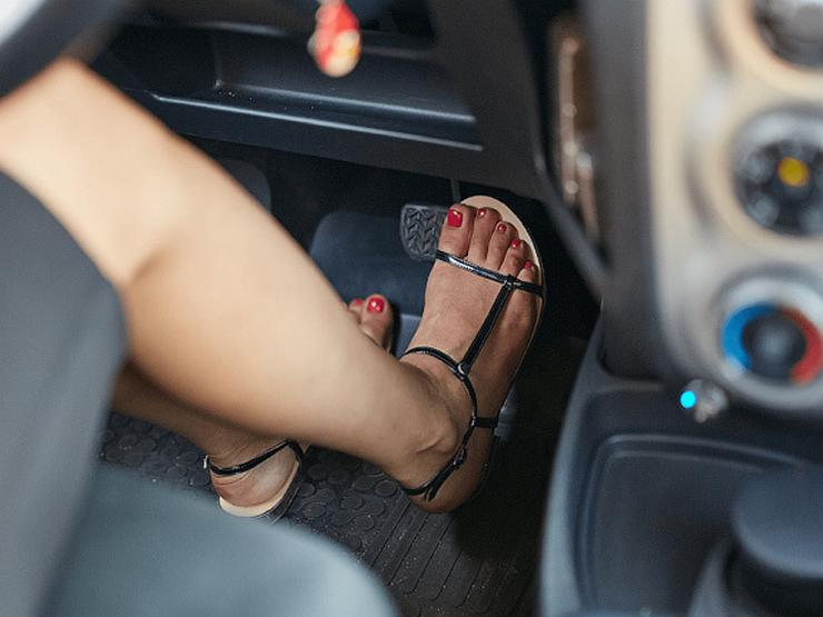 Почему на машине с «механикой» нельзя давить на тормоз левой ногой