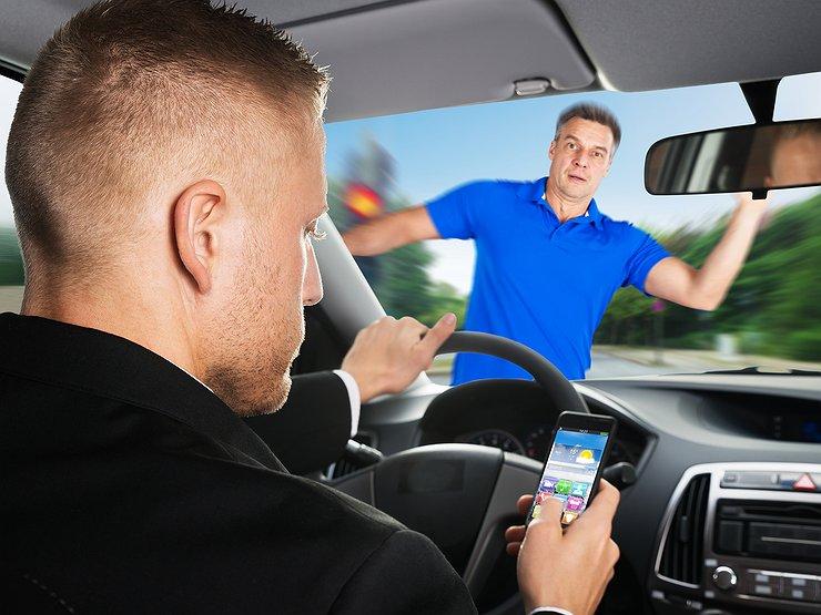 Пять смертельно опасных действий, на которые отвлекается человек за рулем