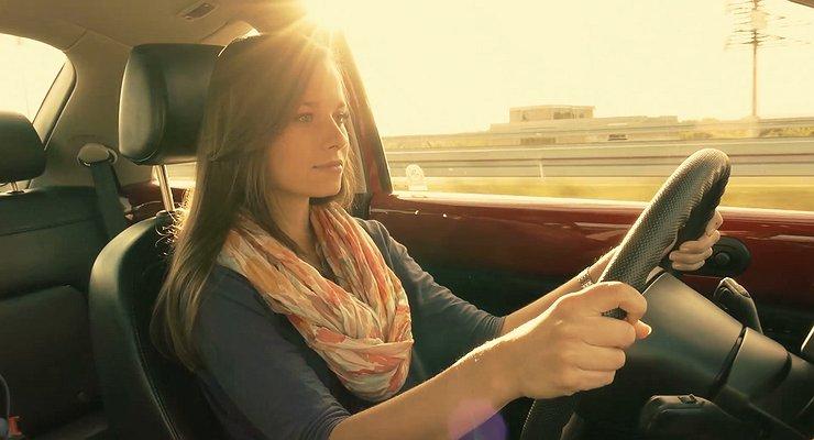 Можно лизагореть через лобовое стекло автомобиля