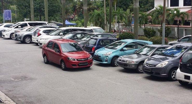Взаперти: кого звать напомощь, если вашу машину заперли напарковке