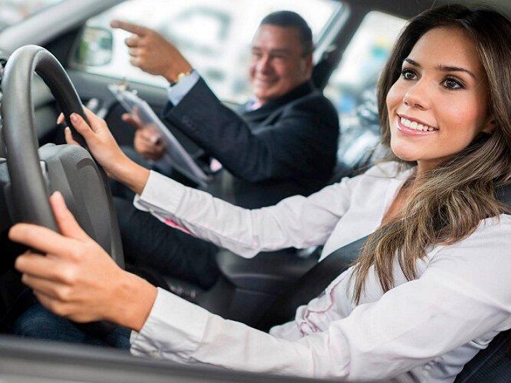 Блондинка за рулем: что нужно знать, отправляясь на тест-драйв в автосалон