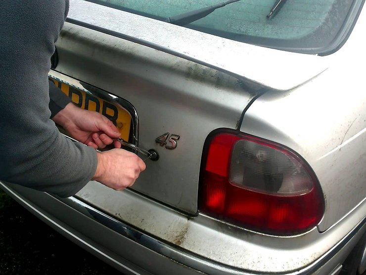 как открыть дверь багажника вольво без аккумулятора