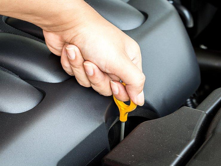 Перебор: почему растет уровень масла в моторе машины, и чем ему это грозит