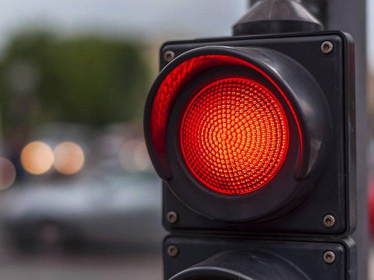 Когда разрешается проезд на красный свет светофора