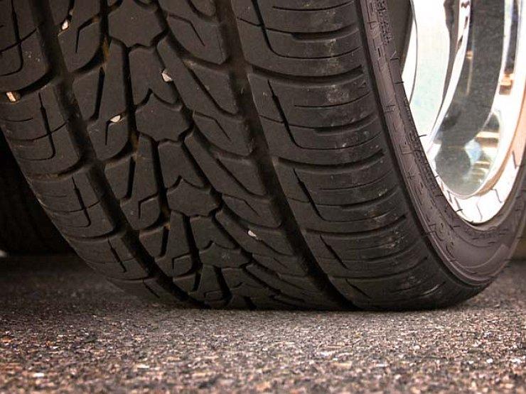 Чем опасны камни, застрявшие в протекторе шины