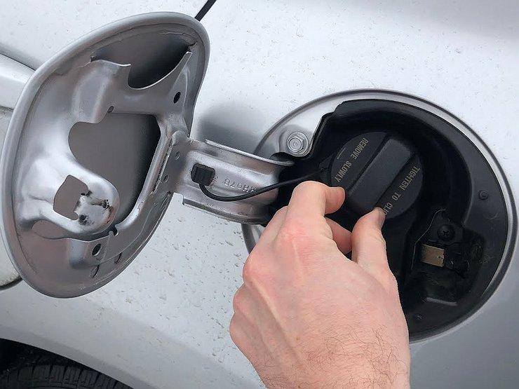 Насколько опасно шипение при откручивании лючка топливного бака машины