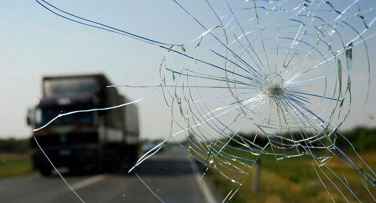 Камень попал влобовое стекло: кто заплатит заремонт