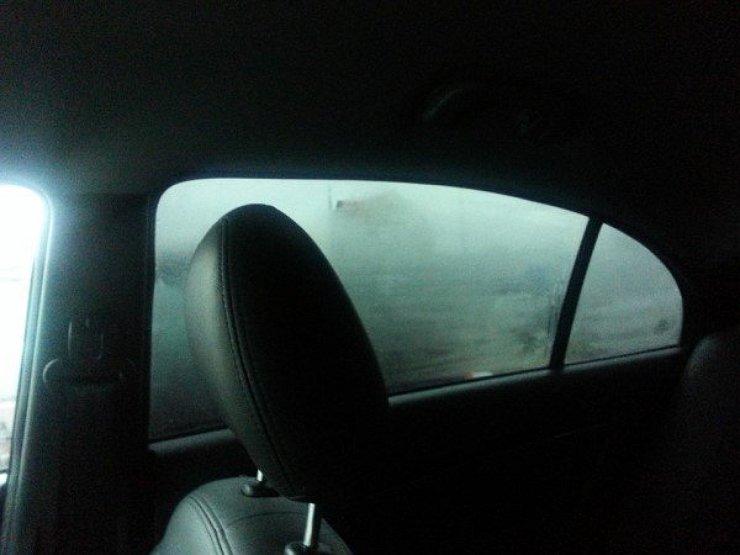 Как сделать, чтобы во время дождя в машине не потели окна