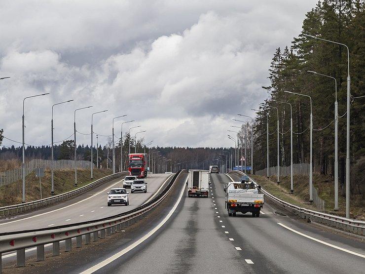 Почему и частные, и профессиональные водители «бегут» с обычных дорог на платные