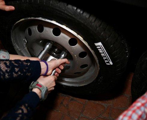 Где можно бесплатно научиться правильно поменять проколотое колесо