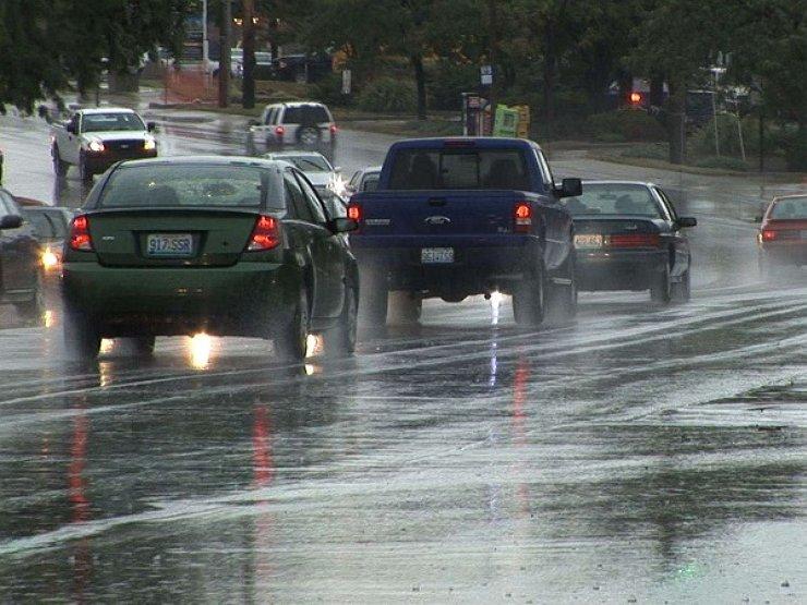 Пять главных ошибок водителя при езде в дождь