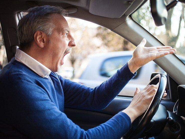 Деньги на ветер: водителей отучат писать на дорогах