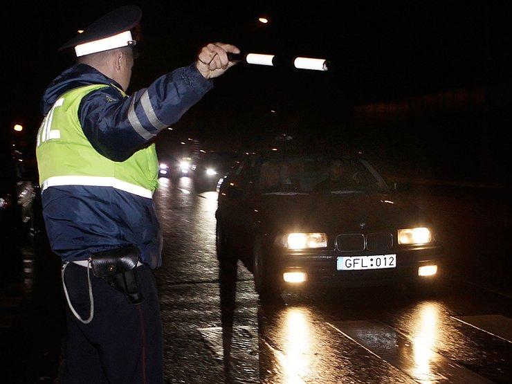 Должен ли автолюбитель давать в руки документы сотруднику
