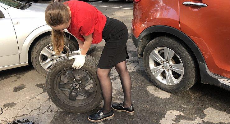 Девушка меняет колесо: домкрат под юбкой впервый раз