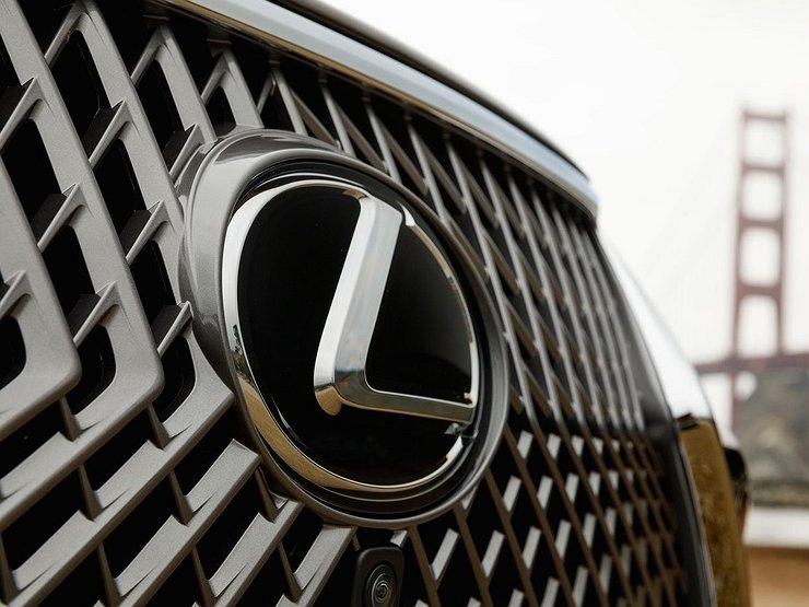 В России резко подорожали почти все автомобили бренда Lexus