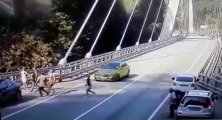 Золотой Mercedes сбил любительницу селфи вСочи