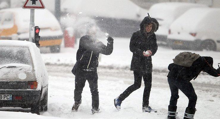 Водитель ударил ребенка заброшенный вмашину снежок