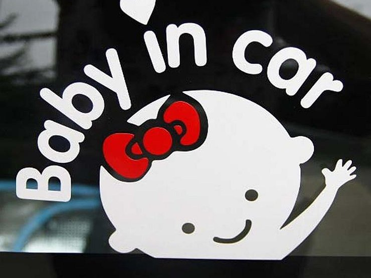 Обязательно вешать знак ребенок в машине