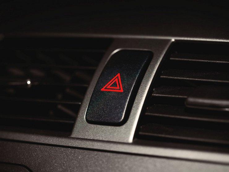 Можно ли стоять «на аварийке» под запрещающим знаком
