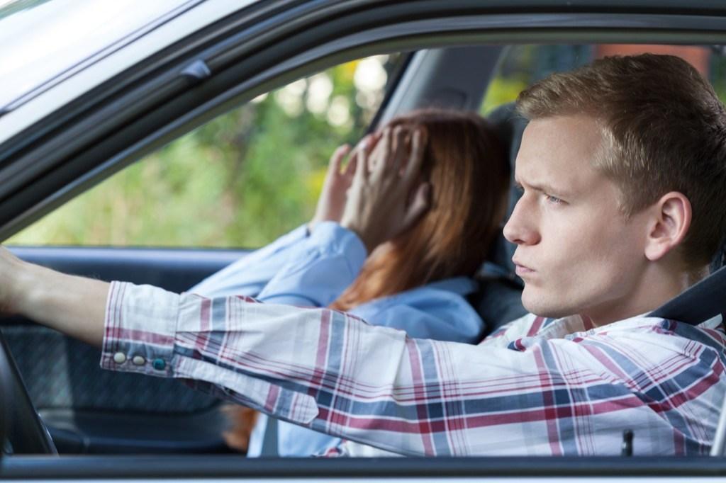 7 вещей, которые водители и пассажиры никогда не должны делать в машине