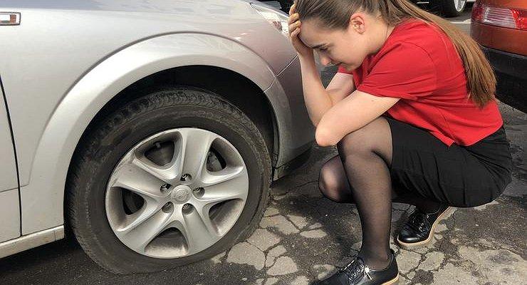 Что делать, если пробил колесо на дороге