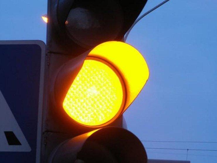 Можно ли ехать на желтый сигнал светофора