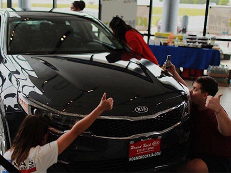 Жительница США заполучила Киа благодаря 50-часовому поцелую автомобиля