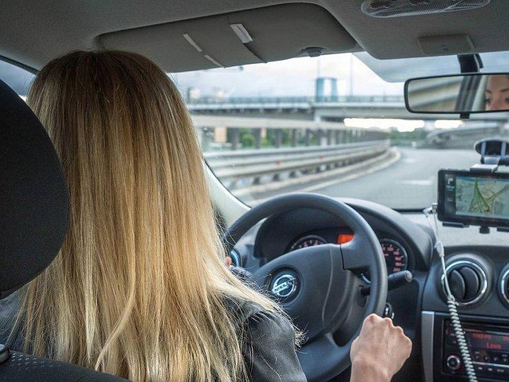 Блондинка за рулем: защитная реакция
