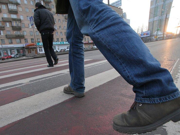 Надо ли уступать пешеходу, едва вступившему на «зебру» на встречной полосе