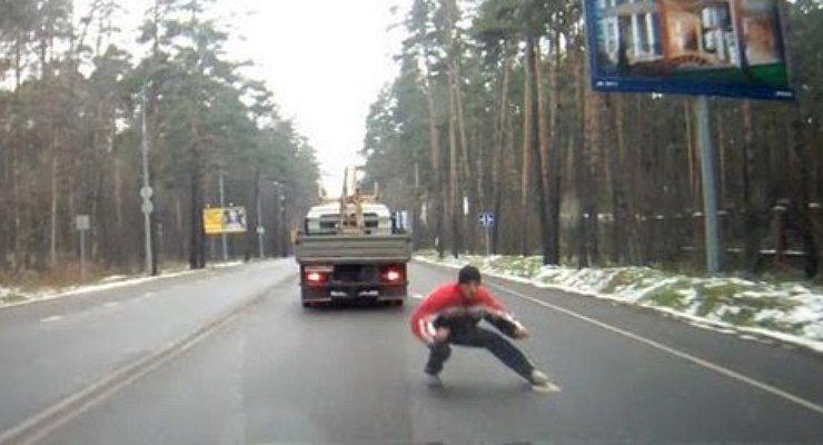пешеход переходил дорогу в неположенном месте и его насмерть сбила машина иронии