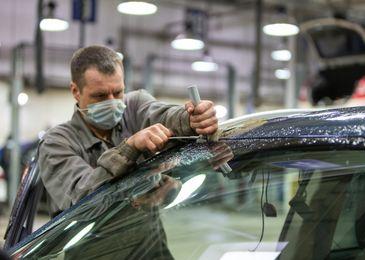 Чем аукнется водителю экономия на замене лобового стекла