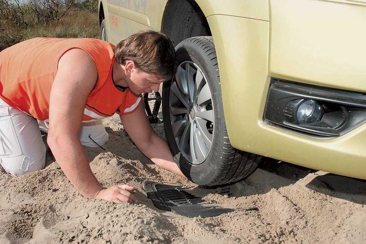 Как выехать, если засадил машину в песке