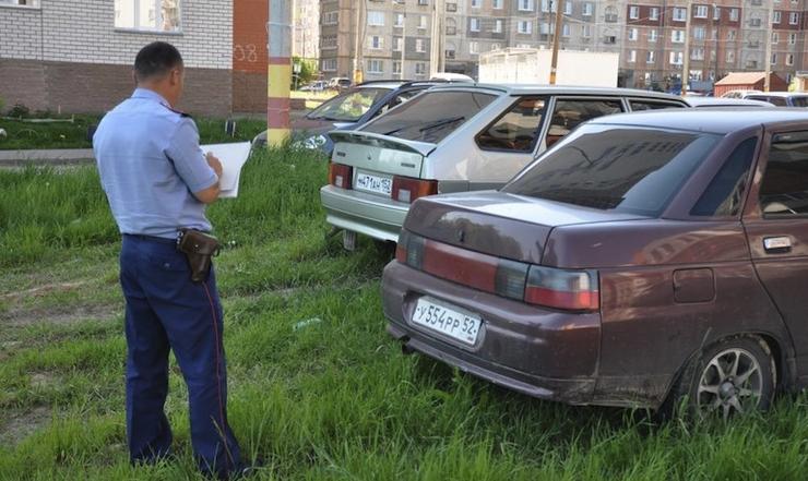 За парковку на газоне установят федеральные «расценки»