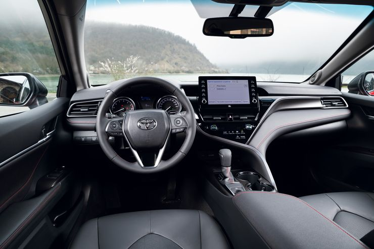 Фитнес для бизнесмена: первый тест-драйв новой Toyota Camry