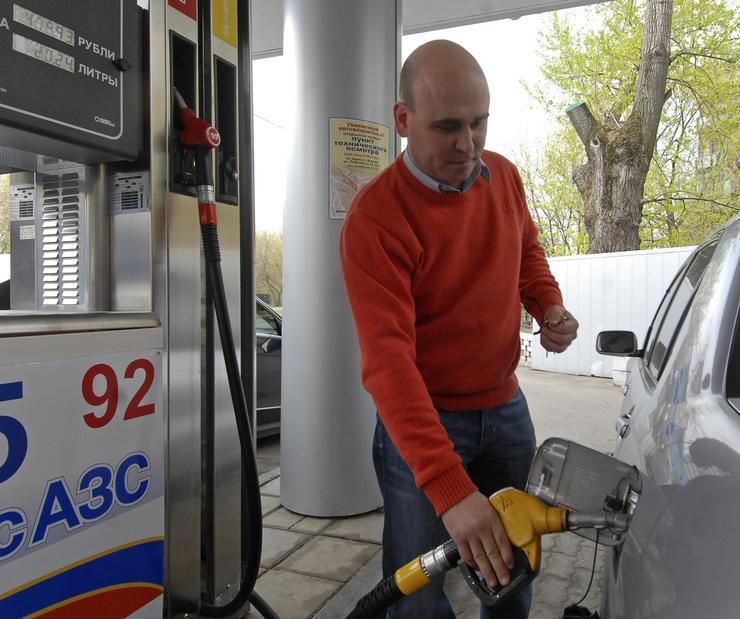 Почему в бензобак авто необходимо заливать спирт, ацетон и другие растворители