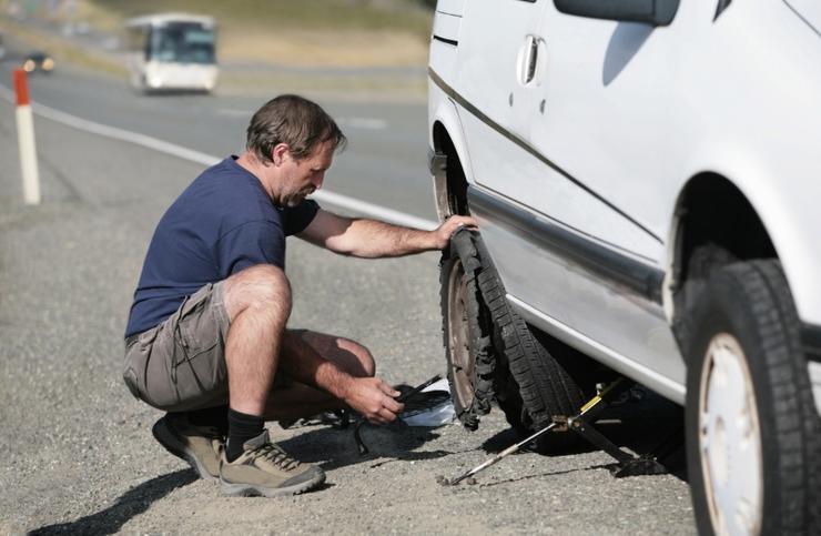 Почему летом водителю жизненно важно контролировать давление в шинах